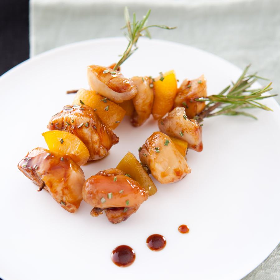 Brochette de lapin au romarin et pêche, laque de miel de sojet aux noisettes-23749 -BD
