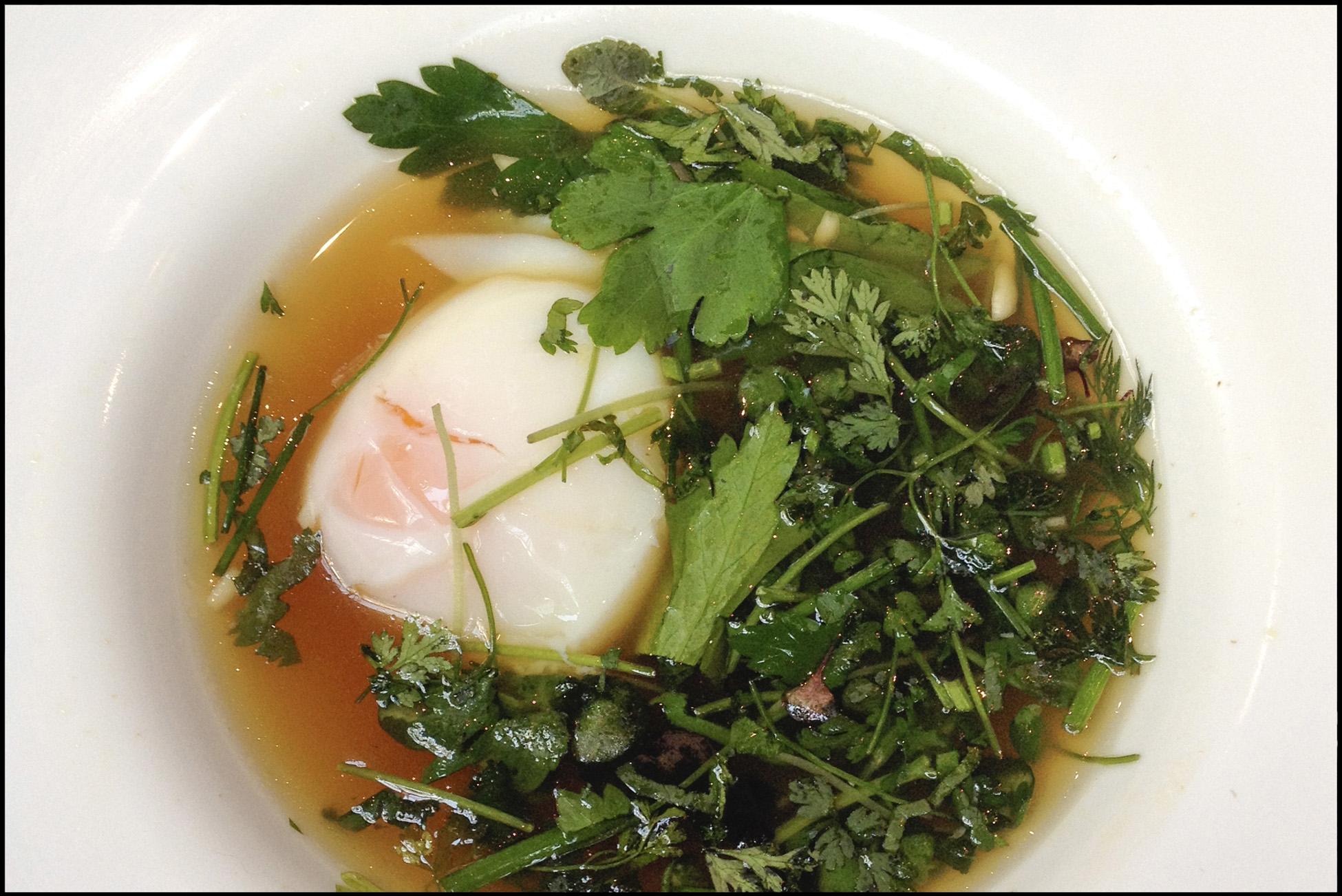 œuf coulant bouillon de poule aromatise aux herbes huile de truffes Top Chef ALCAZAR