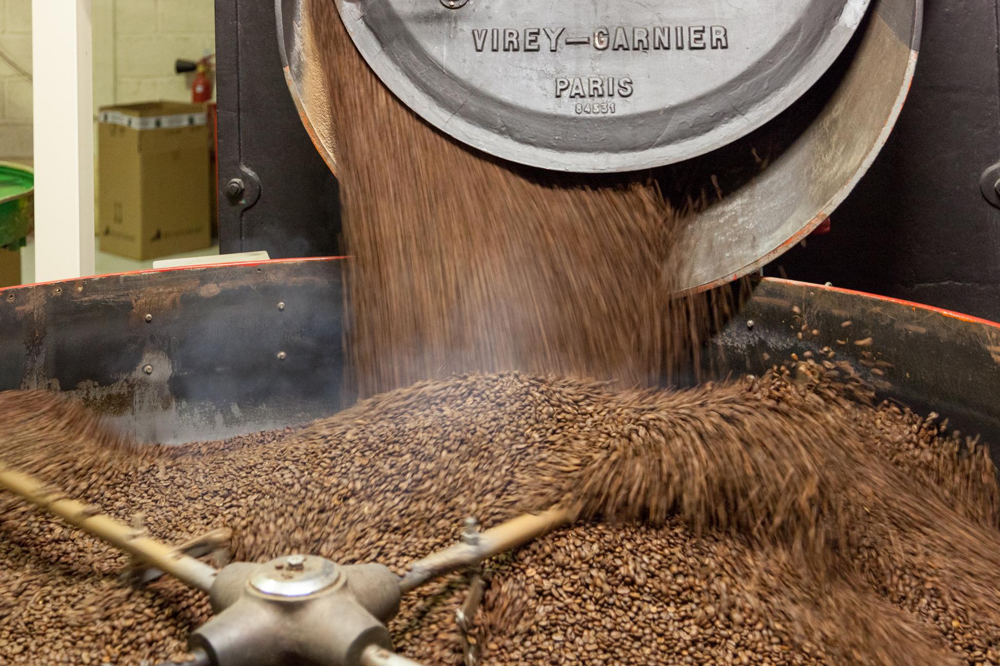 Après 20 minutes de torréfaction, le café tombe dans un bac de refroidissement.