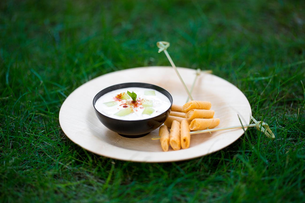 Dips de cheddar-poivre avec sauce au yaourt et concombre