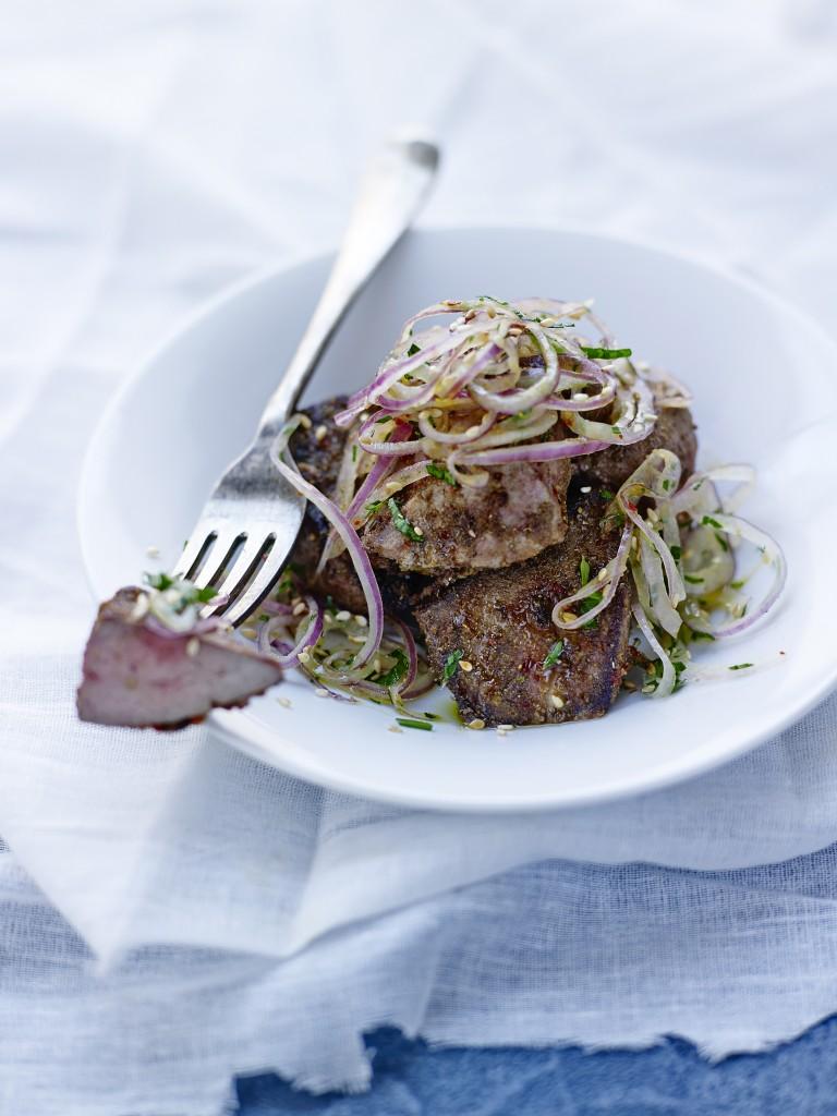 Foie d'agneau poêlé aux épices, salade d'oignon rouge