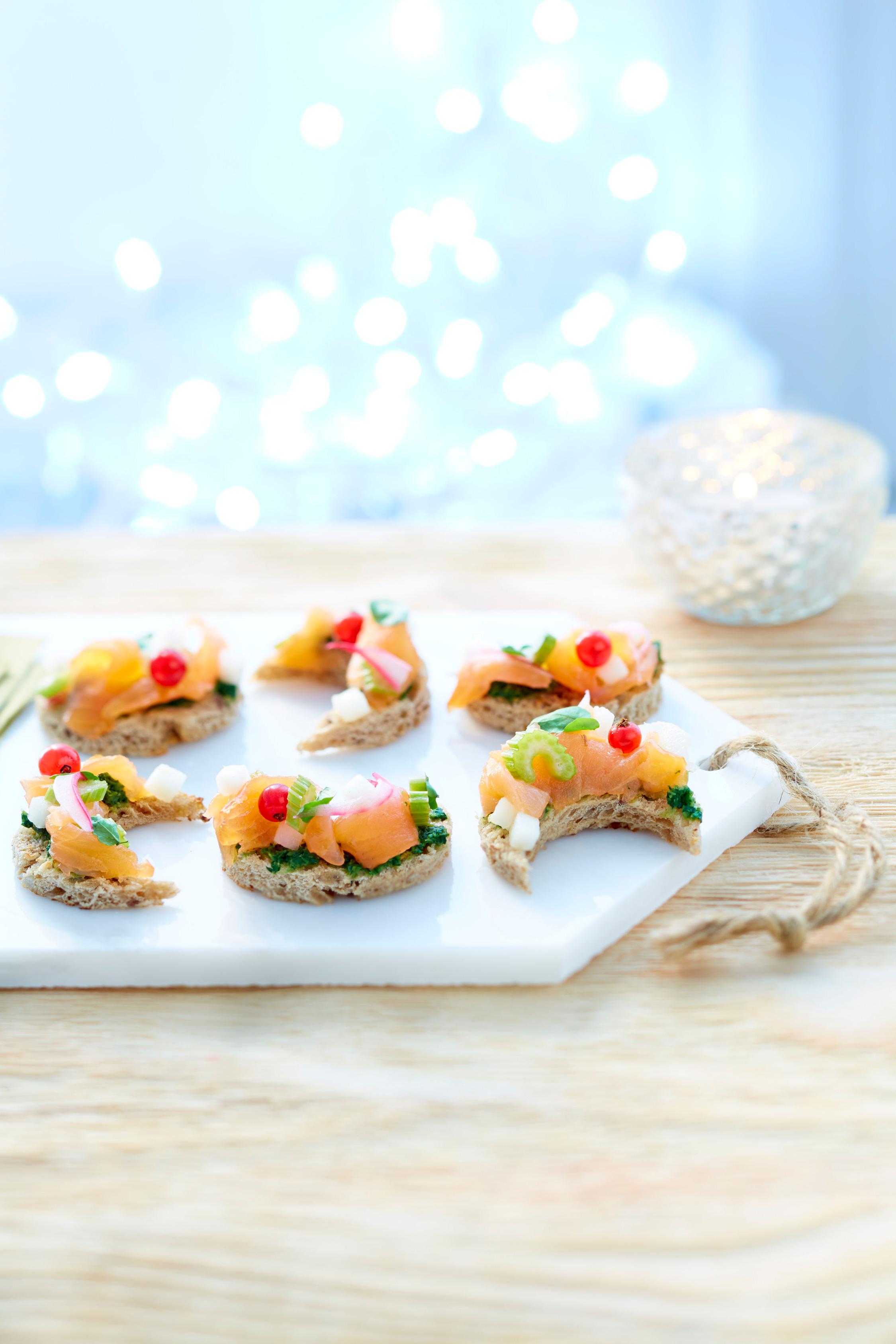 Toast-lune-ceviche-de-saumon-fumé-de-Norvège,-poire-crème-de-cresson