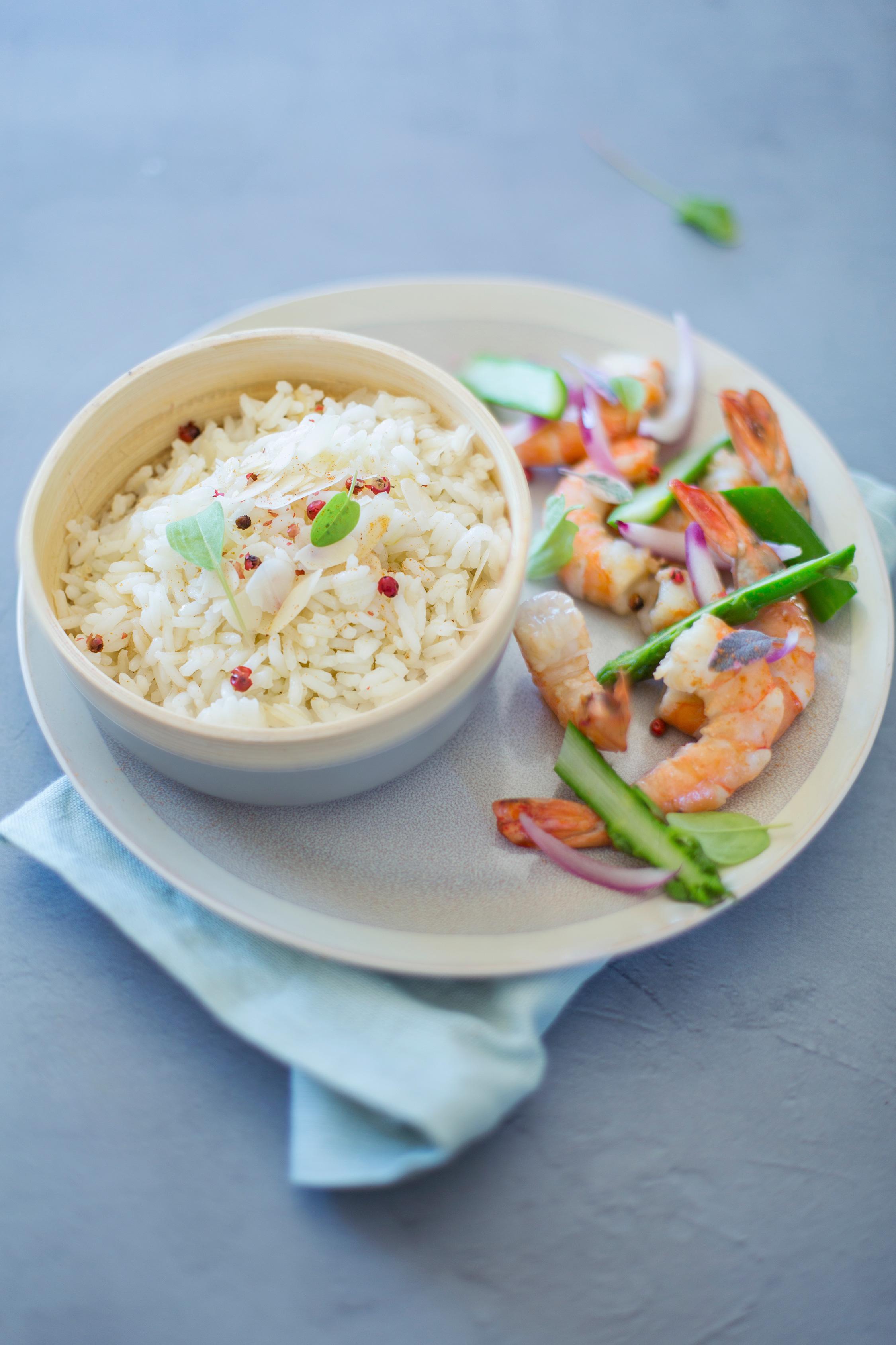 Riz-saute-aux-amandes-crevettes-asperges-et-oignons-rouges