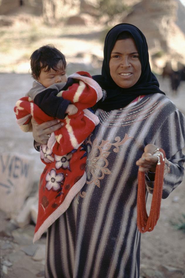 Jordanie. PŽtra. Portrait d'une bŽdouine et de son enfant.