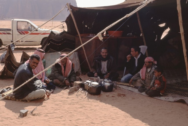 Jordanie. Wadi Rum. DŽjeuner sous une tente dŽdouine.