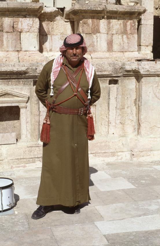 Jordanie. Jerash. Un ancien militaire converti en joueur de cornemuse.