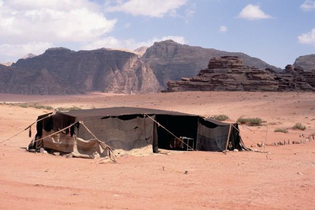 Jordanie. Wadi-Rum. Le dŽsert rouge. BŽdouins vivant sous des tentes.