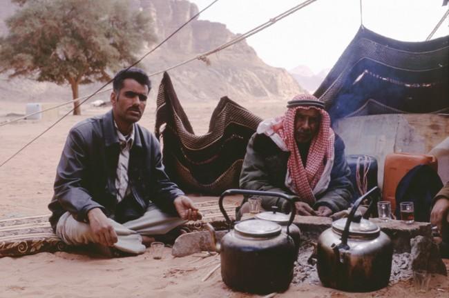 Jordanie. Wadi-Rum. Le dŽsert rouge. Des bŽdouins dŽjeunant.