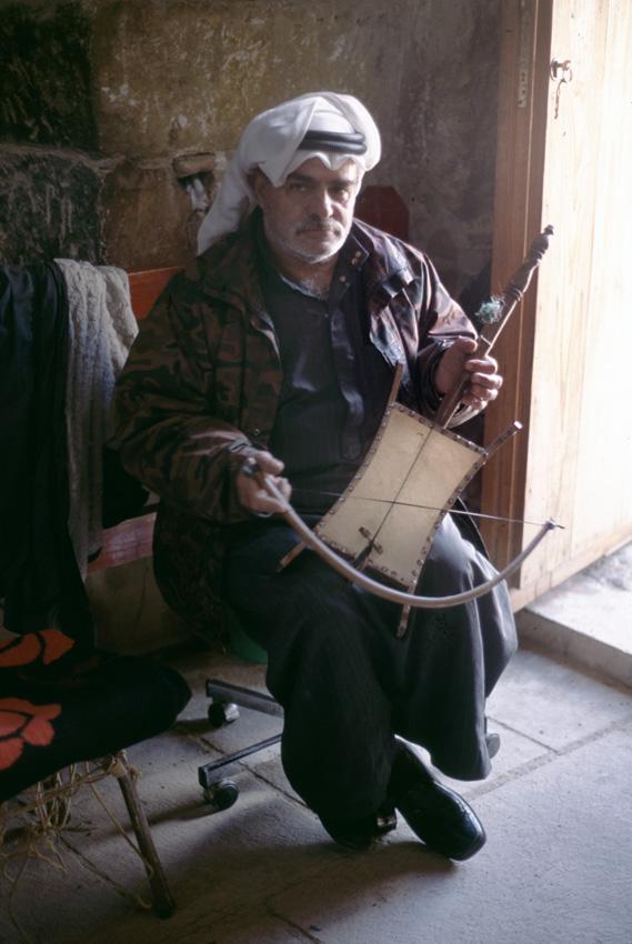 Jordanie. Qsar el Amra. Vieux jordanien jouant de la musique.