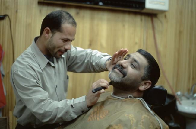 Jordanie. Wadi-Musa. Une scne de rasage chez un barbier.