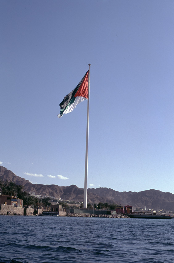 Jordanie. Aqaba. La Mer Rouge. Premier drapeau jordanien.
