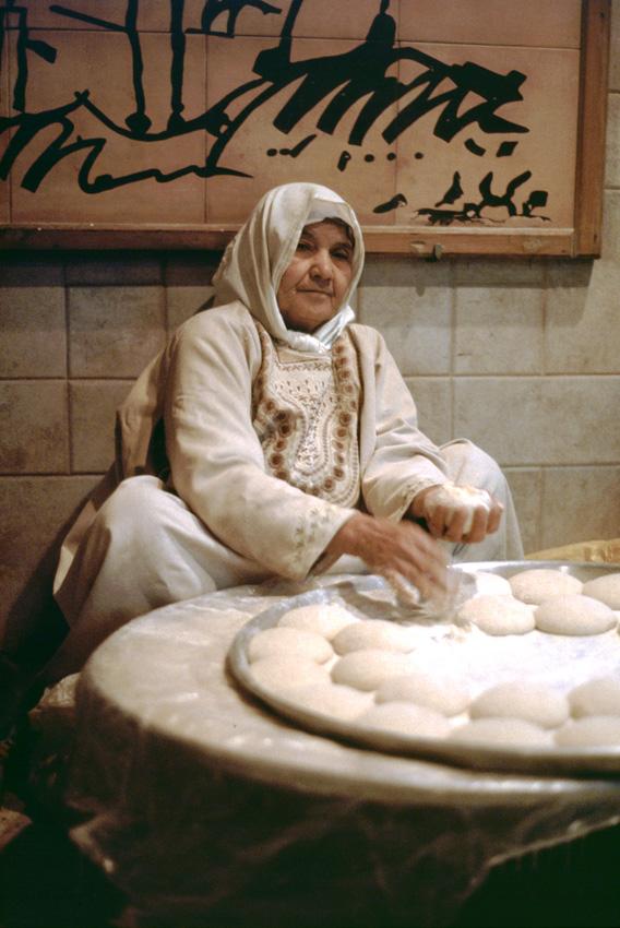 Jordanie. Amman. Une jordanienne fabriquant du pain.