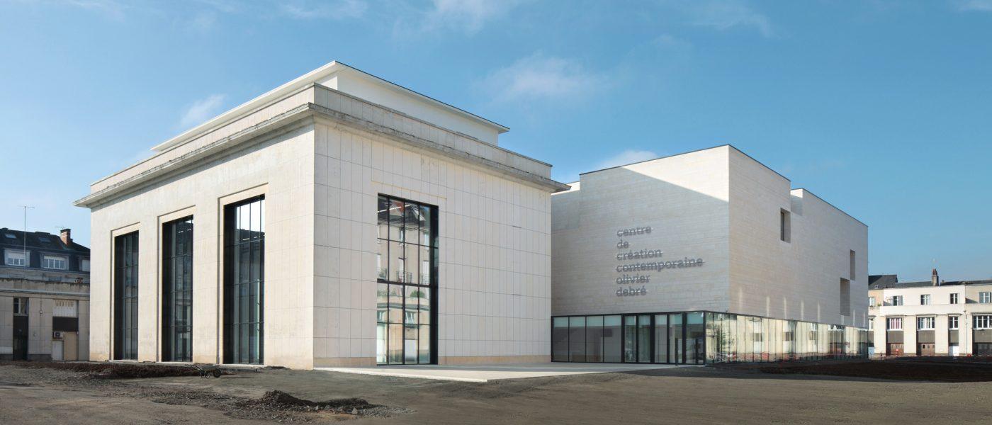 Les deux bâtiments extérieurs du centre creation contemporain olivier debré à Tours.