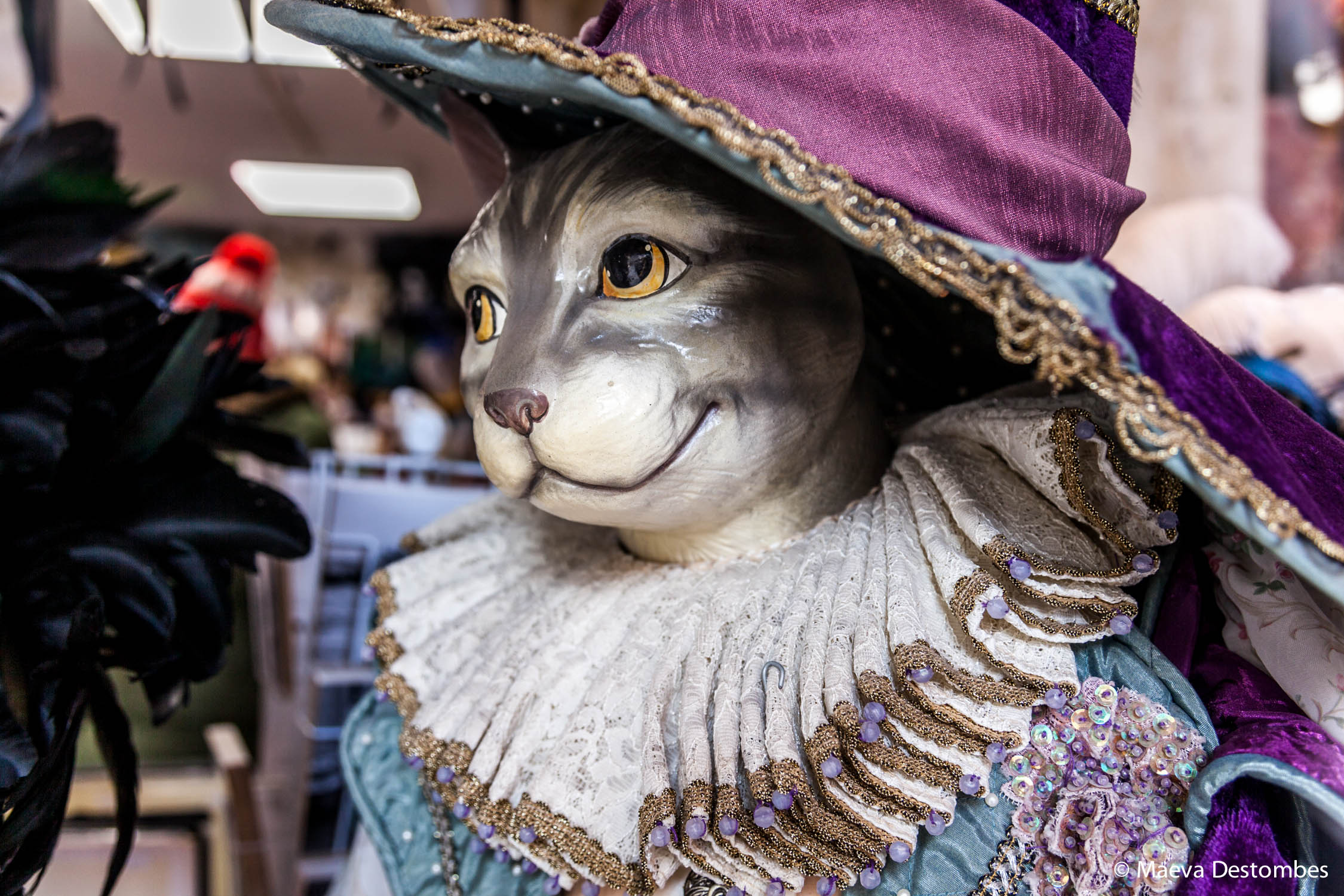 Une sculpture de chat botté dans une boutique lors du carnaval de Venise