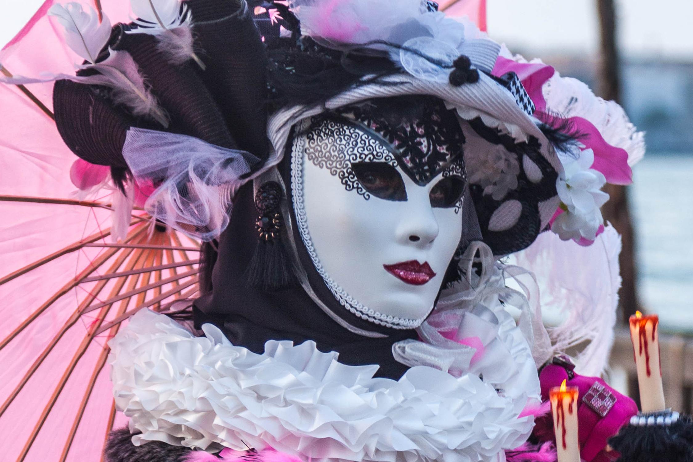 Un carnavalier au bord de la lagune.