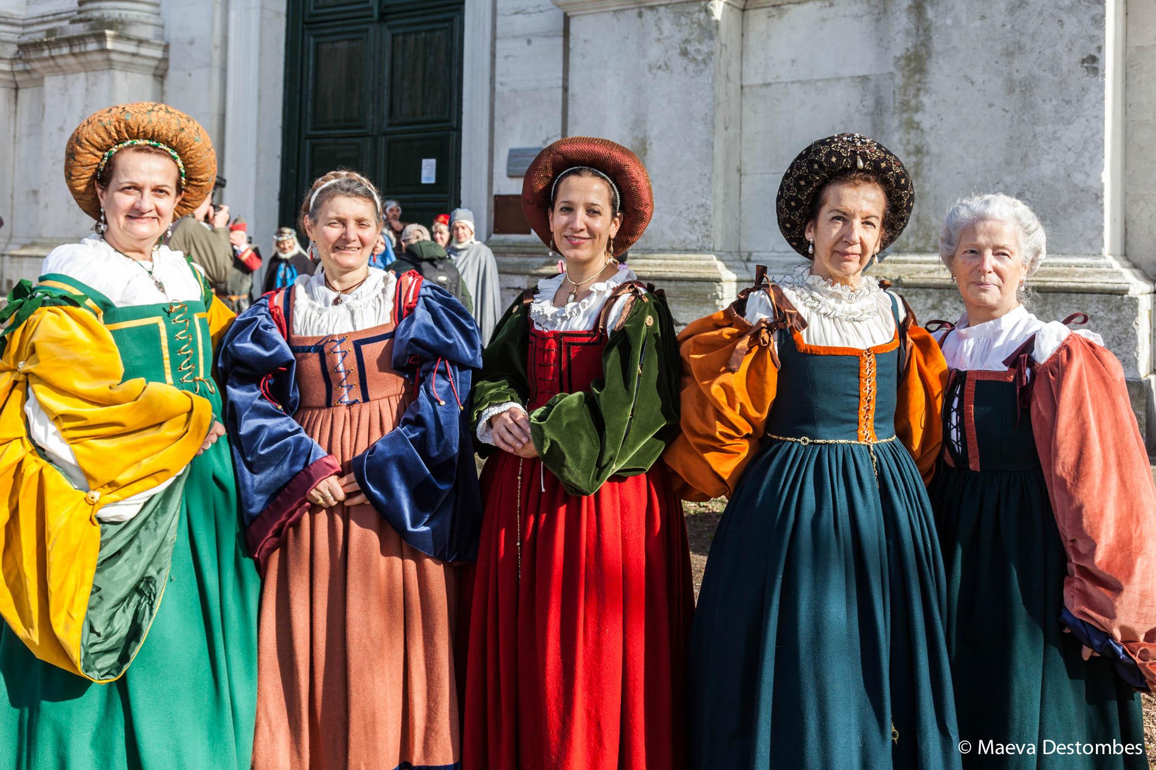 Cinq femmes habillées de costumes médiévaux lors du carnaval de Venise