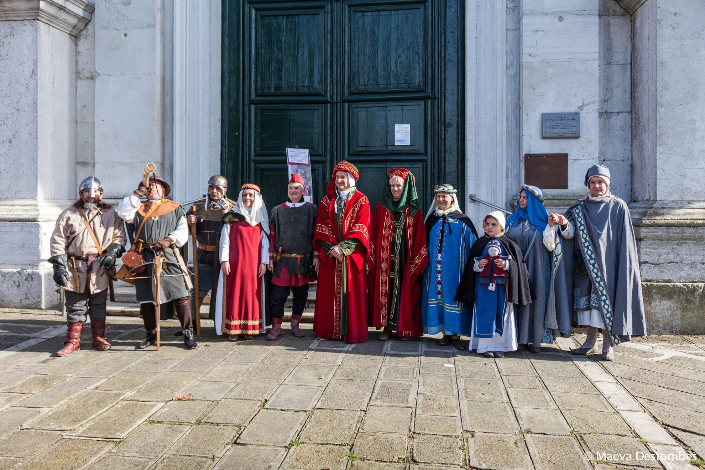 Onze personnes habillées de costumes médiévaux lors du carnaval de Venise
