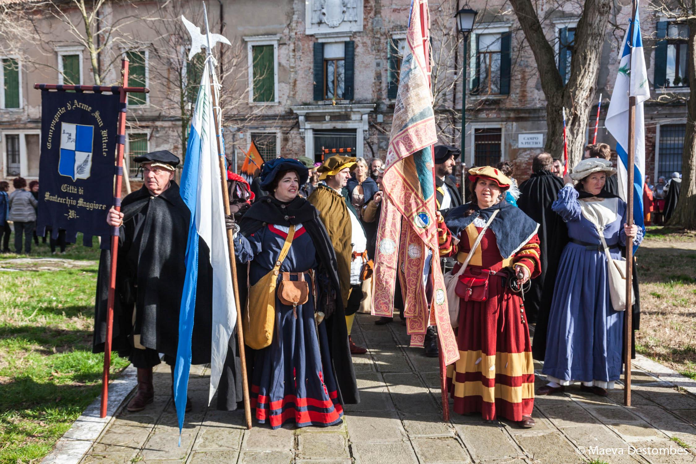 Une troupe habillée de costumes médiévaux lors du carnaval de Venise