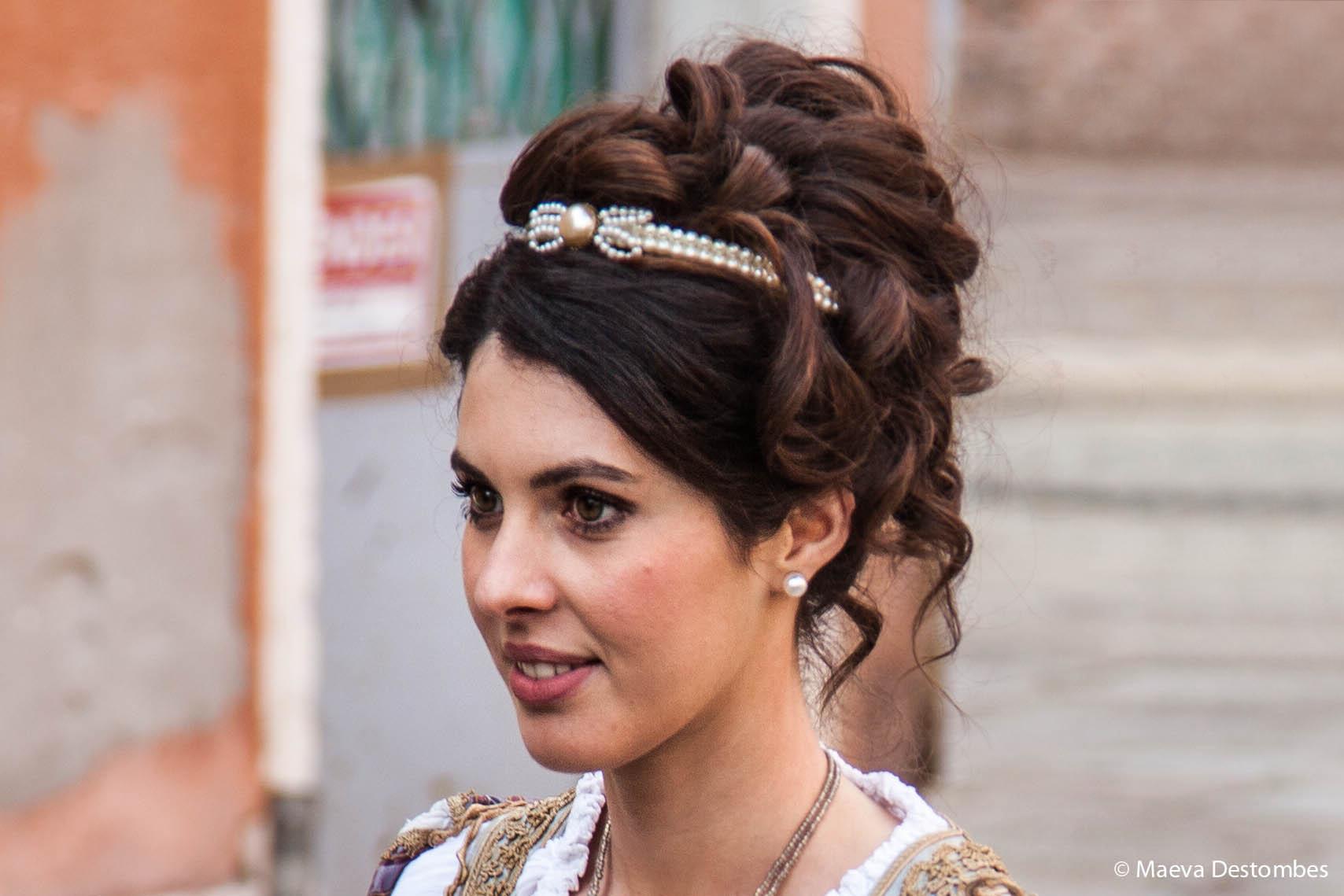 Une jeune femme de la procession des Marie lors du carnaval de Venise