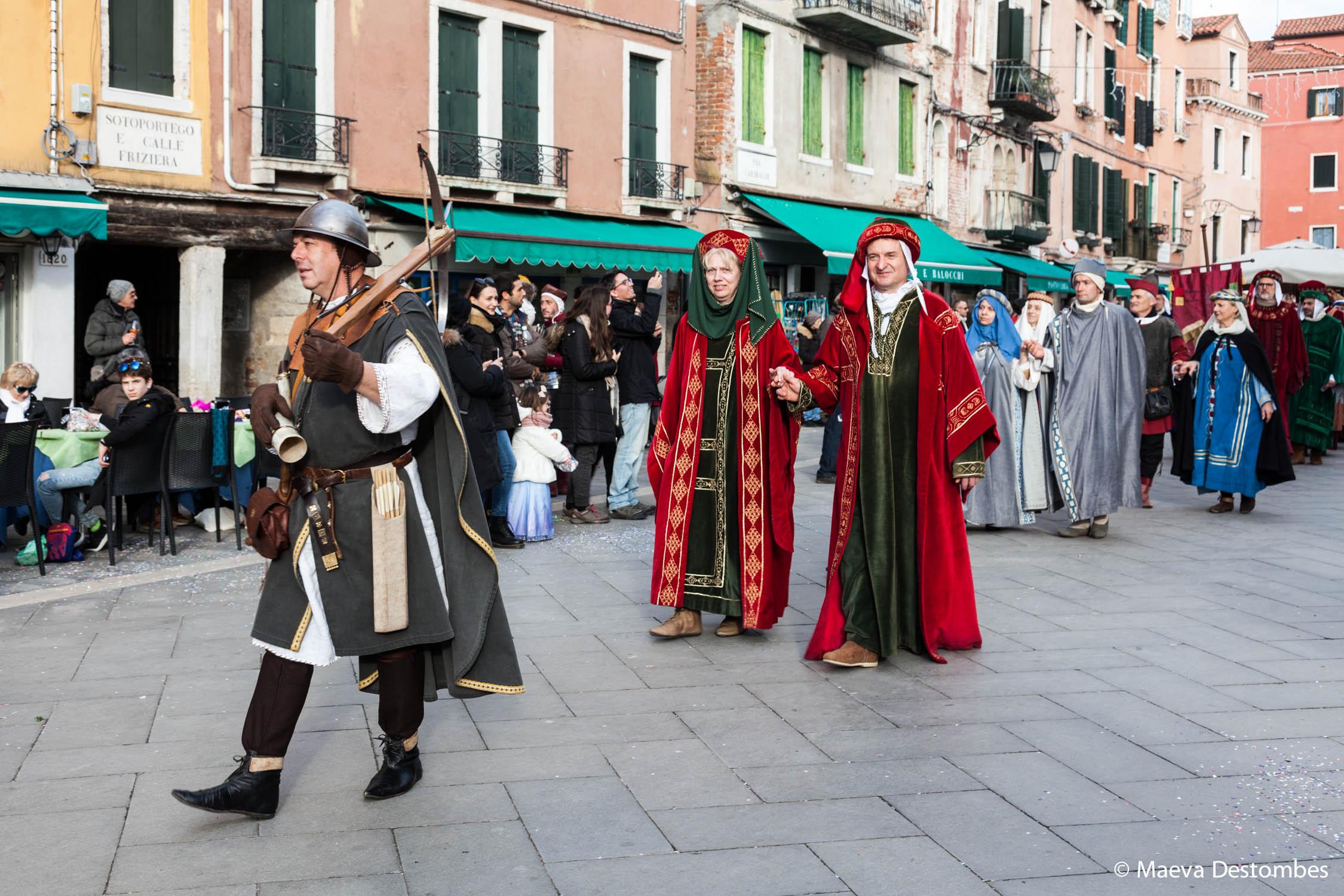 La procession des Marie défile dans les rues de Venise lors du carnaval de Venise