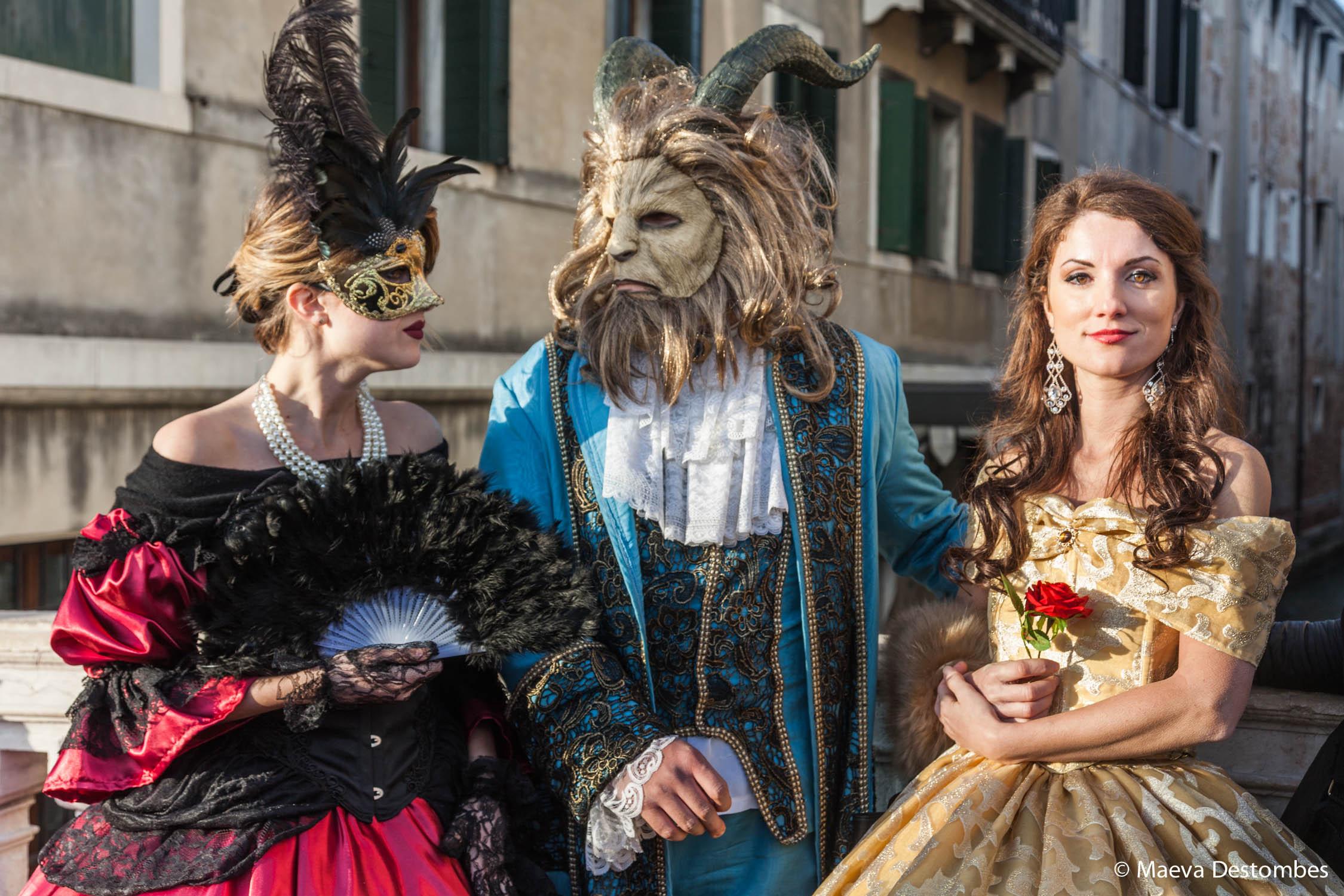 Trois personnes déguisées sur le thème de La Belle et La Bête lors du Carnaval de Venise