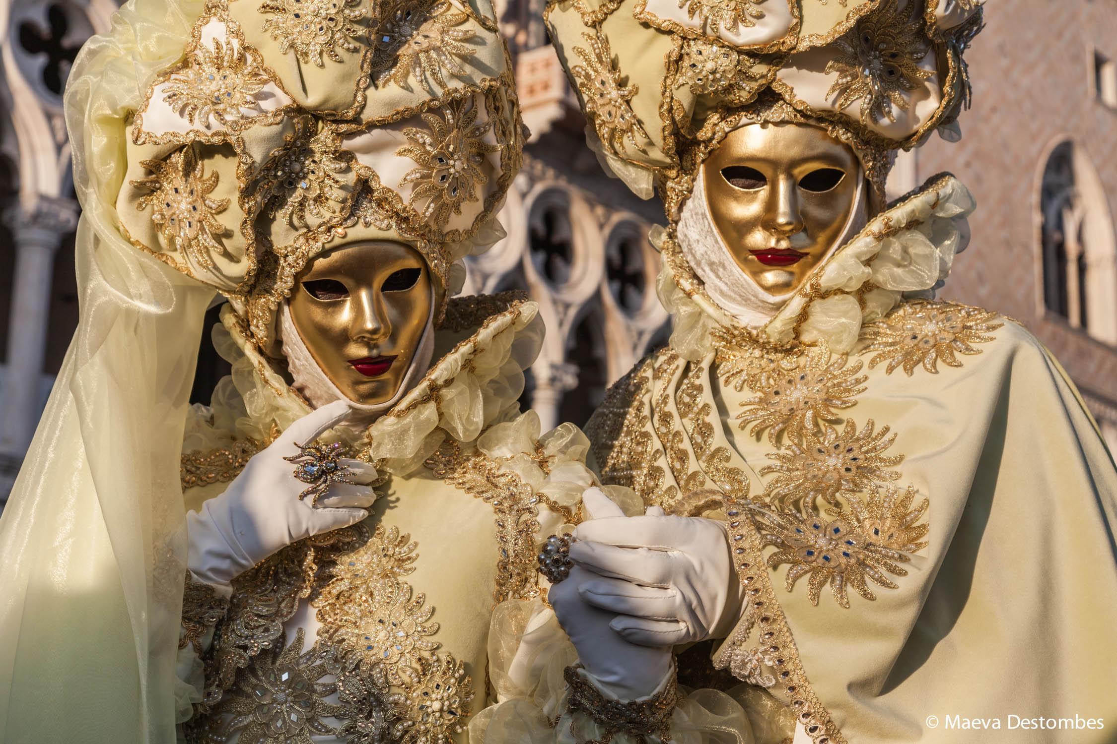 Deux personnes déguisées lors du carnaval de Venise