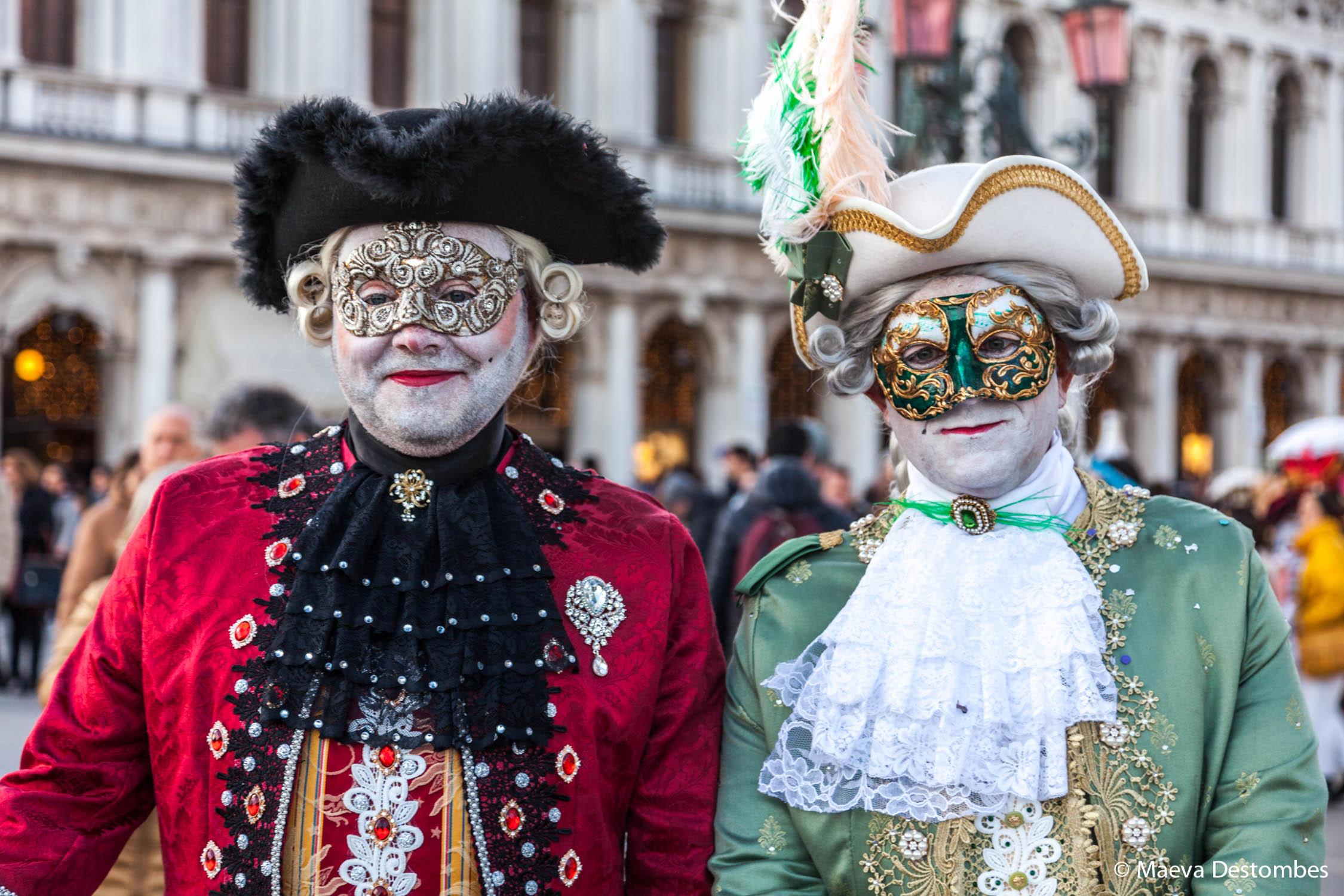 Deux hommes habillés de costumes époque Louis 14 lors du carnaval de Venise