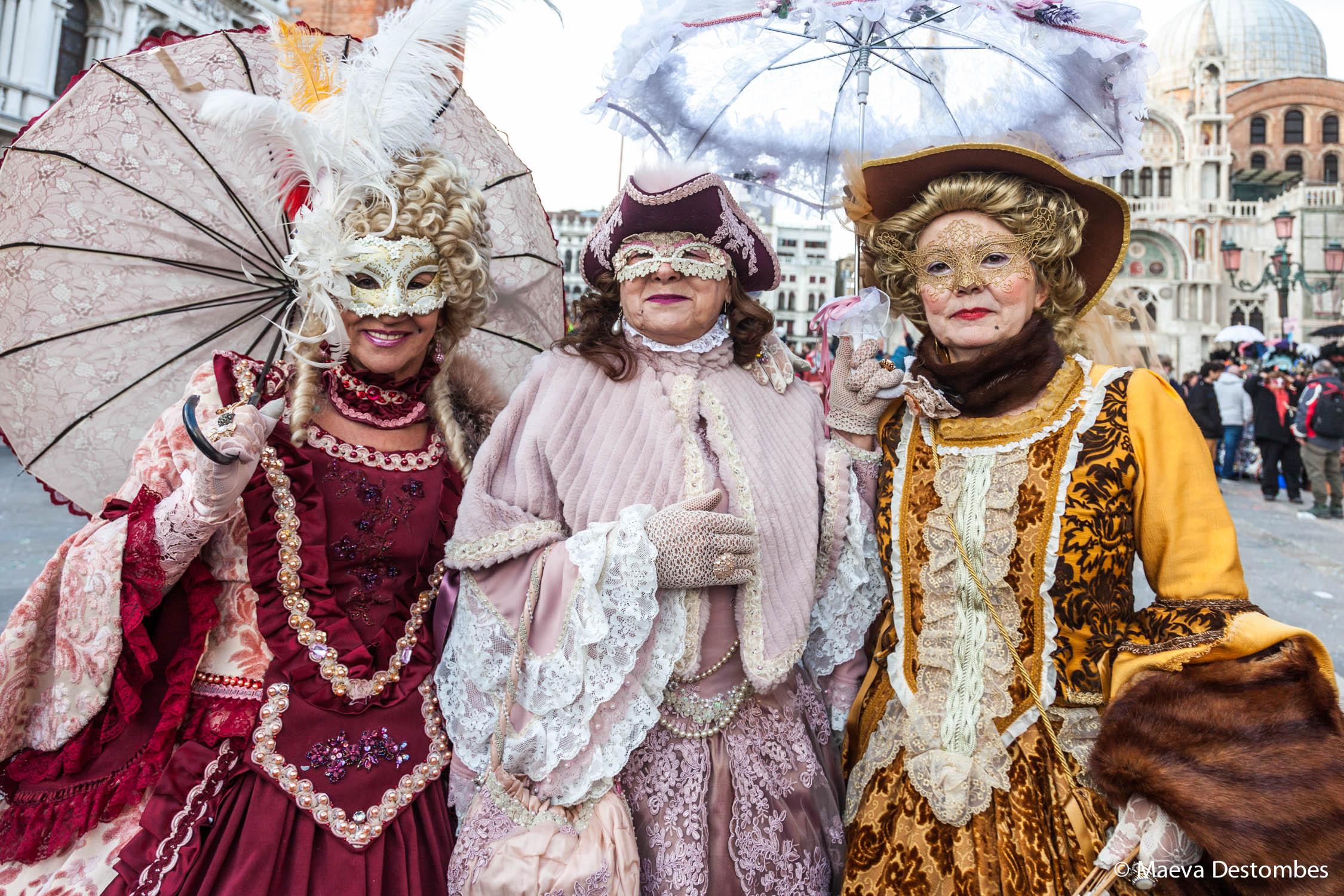 Trois femmes habillées de costumes époque Louis 14 lors du carnaval de Venise