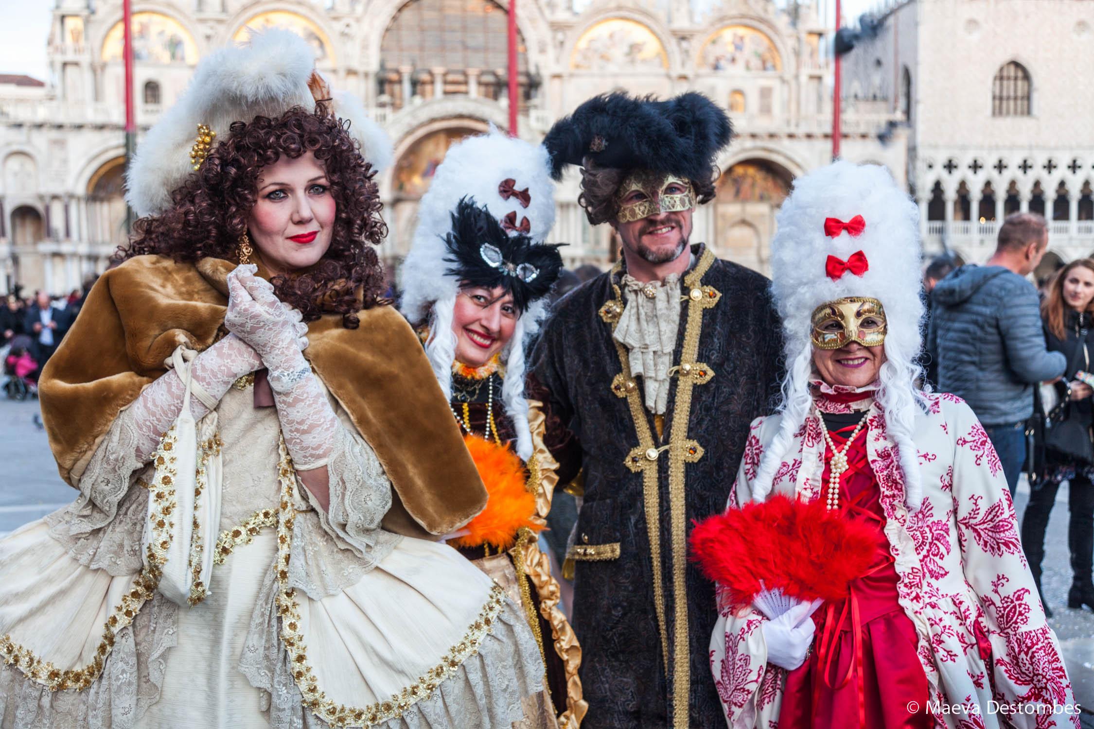 Quatre personnes habillées de costume d'époque lors du carnaval de Venise