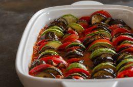 Tian provençal avec des légumes du soleil : tomates, courgettes, aubergines...